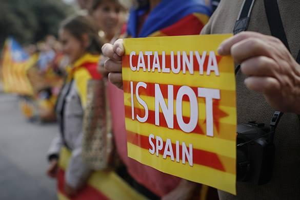 """Каталонцы кричат: """"Ни шагу назад"""" и требуют у Артура Маса проведения референдума."""