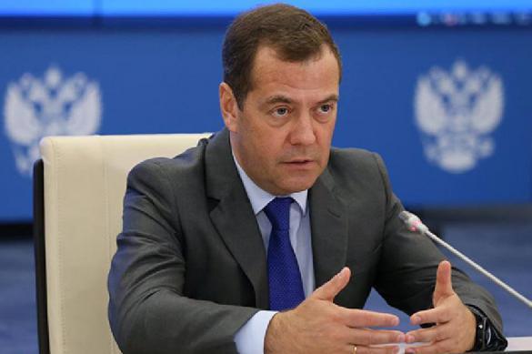 Медведев заявил о невидимом для населения росте экономики.