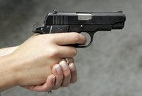 Неизвестный открыл стрельбу из травматики в Москве. pistolet