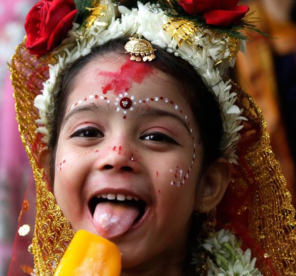В Калькутте прошел фестиваль Рам Навари. Живая богиня Кумари ест мороженое на фестивале