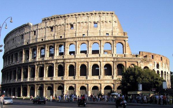 Две туристки из США арестованы в Риме после нанесения своих инициалов на стене Колизея. Колизей, Италия