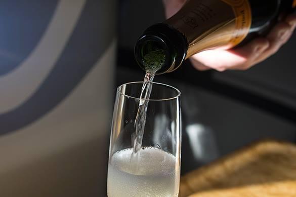 Ученые научились делать спирт из воздуха