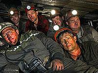 Украинских горняков заставляют отказываться от большой зарплаты