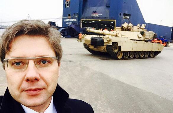 Селфи мэра Риги на фоне американского танка возмутило пользователей Сети. Мэр Риги Ушаков