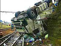 В Подмосковье на железнодорожные пути упал грузовик