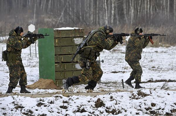 В Дебальцевском котле началась массовая сдача в плен. Солдаты наступают зимой