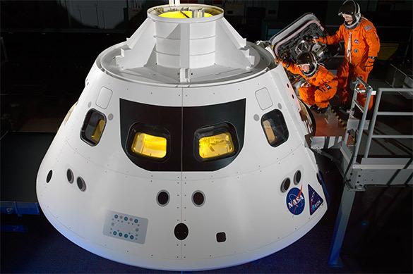 Первое путешествие вокруг Луны отложено на 2019 год
