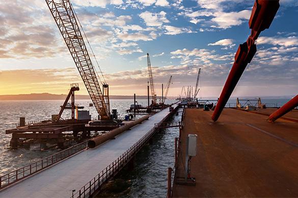 На Крымском мосту началась укладка дорожного покрытия. крымский мост