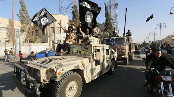 Боевики ИГ казнили 20 молодых добровольцев и подвесили их под своим флагом. Боевики ИГ