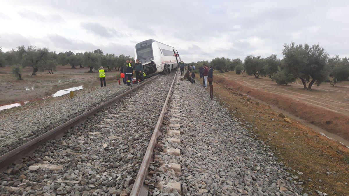 На юге Испании поезд слетел с рельсов из-за ливней. На юге Испании поезд слетел с рельсов из-за ливней