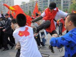 Десятки людей напали на полицейских в Китае