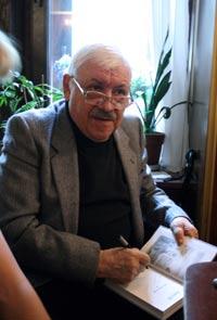 Владимир Орлов раздает автографы