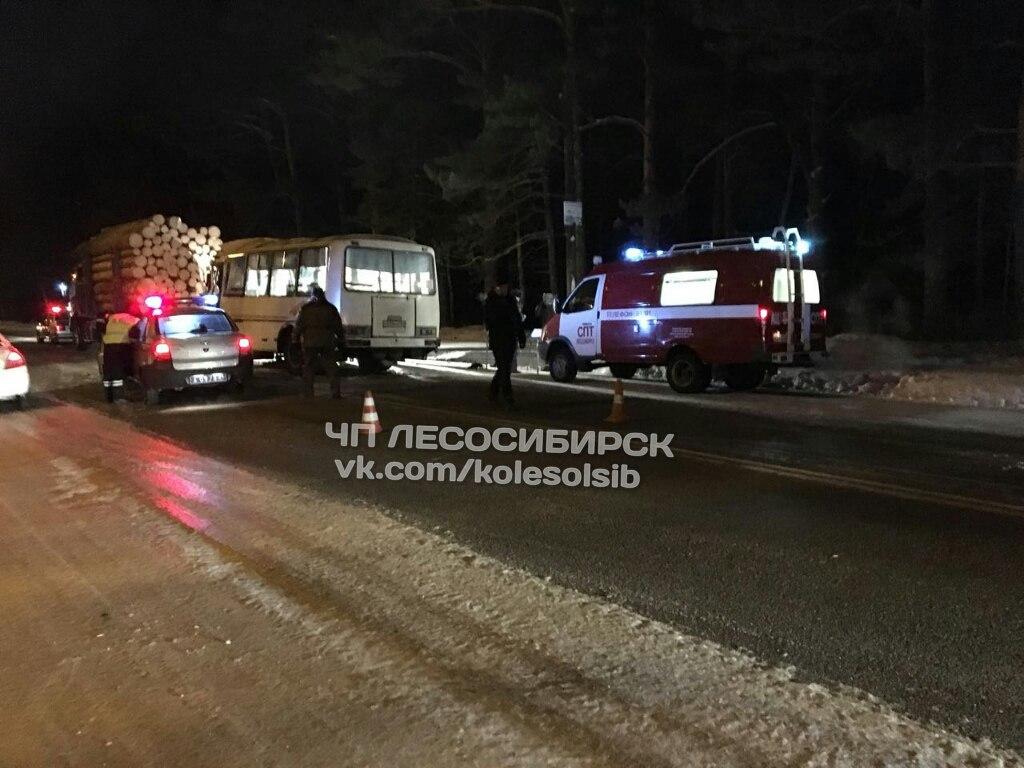 В Красноярском крае автобус врезался в лесовоз: 11 человек пострадали. В Красноярском крае автобус врезался в лесовоз: 11 человек постр
