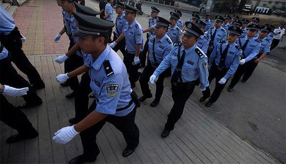 Несколько тысяч китайских полицейских разгромили деревню наркоторговцев. китайские полицейские