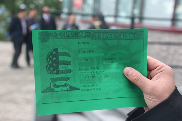 Гости праздничного приема в американском консульстве Владивостока получили карточки с надписью