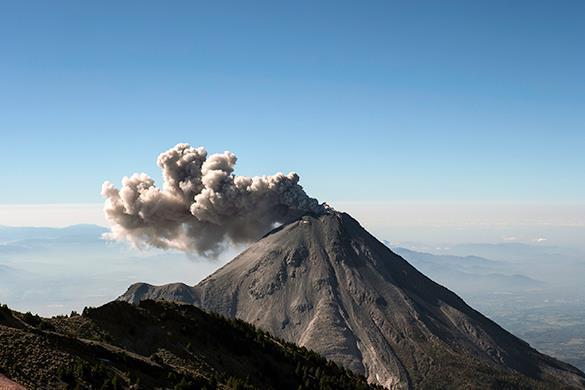 Проснувшийся вулкан Калимо в Мексике засыпал пеплом окрестности. Вулкан Калимо