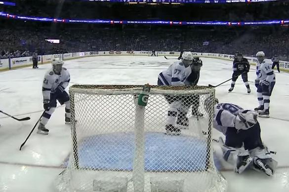Сейв года: российский вратарь НХЛ поймал шайбу за спиной. Видео. Сейв года