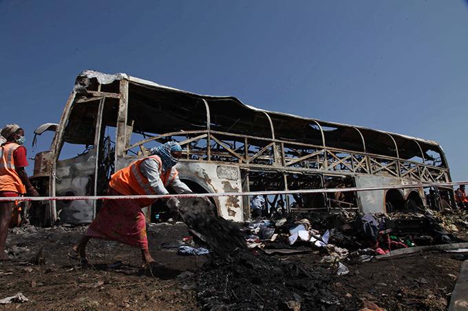 В Индии автобус столкнулся с бензовозом: 40 человек сгорели