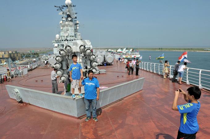 """Грозный авианосец """"Киев"""" отдан в Китае на потребу туристам"""
