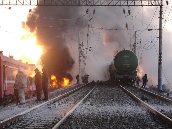 Более 100 тонн нефти вытекло из поезда в Приамурье