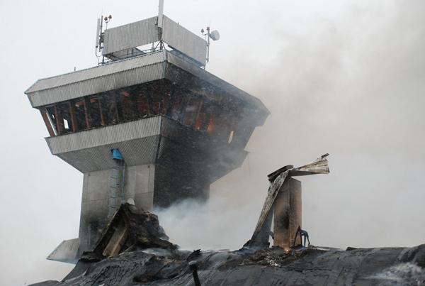 В Красноярске сгорело и рухнуло здание аэропорта