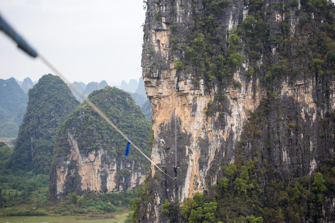 Прогулка по канату между скал