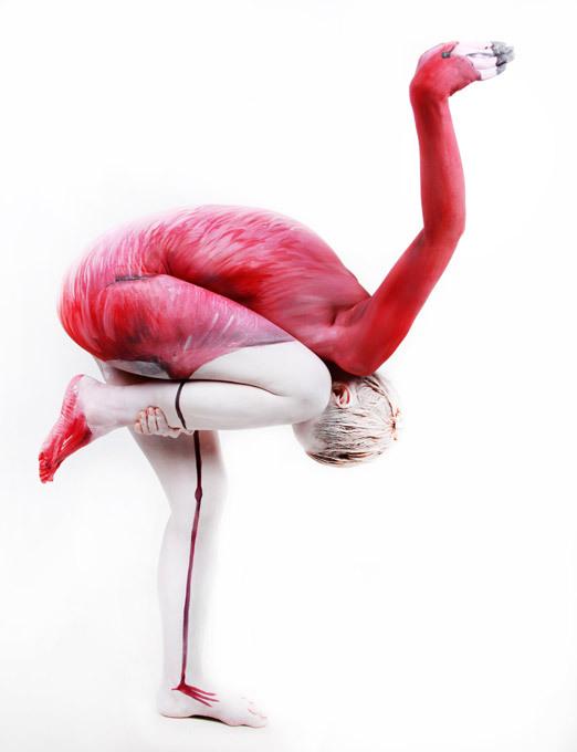 Гибкое тело, приправленное боди-артом: фламинго