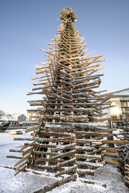 Интересное в мире: елка из досок