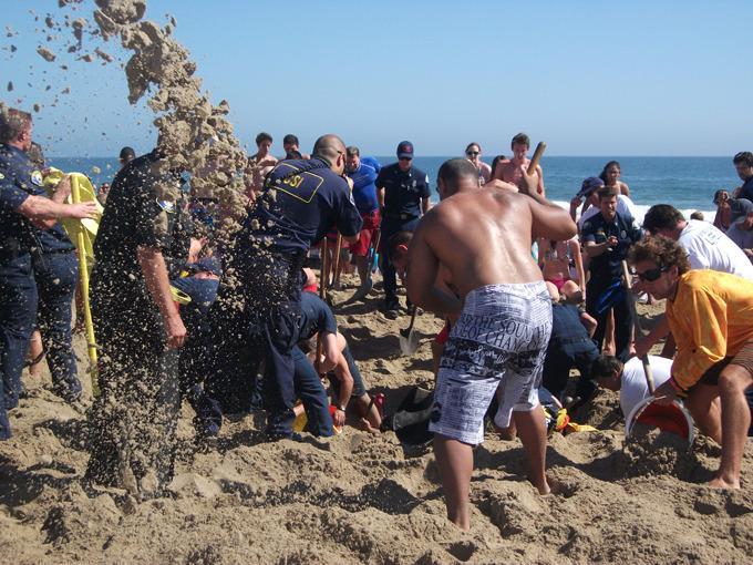 Пожарные спасли заваленного песком американца