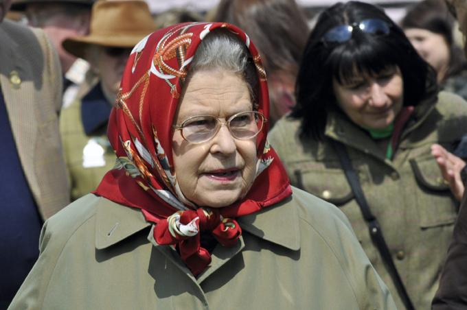 Мы говорим королева – подразумеваем шляпки. Платок тоже к лицу