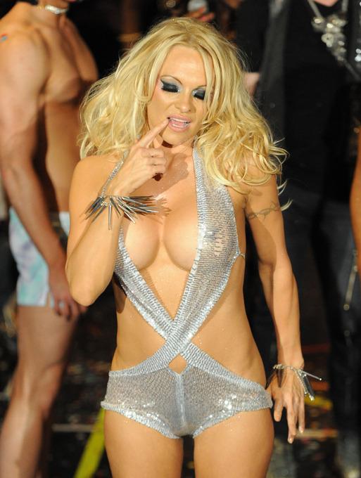 Бывшая звезда ''Playboy'' вышла на подиум