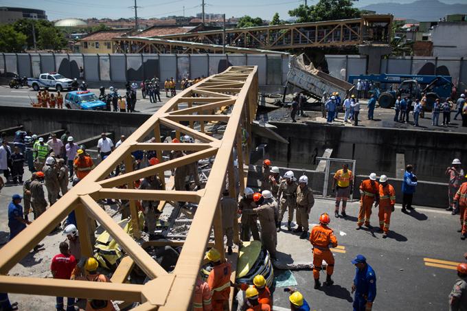 Пешеходный мост с людьми рухнул в Рио-де-Жанейро