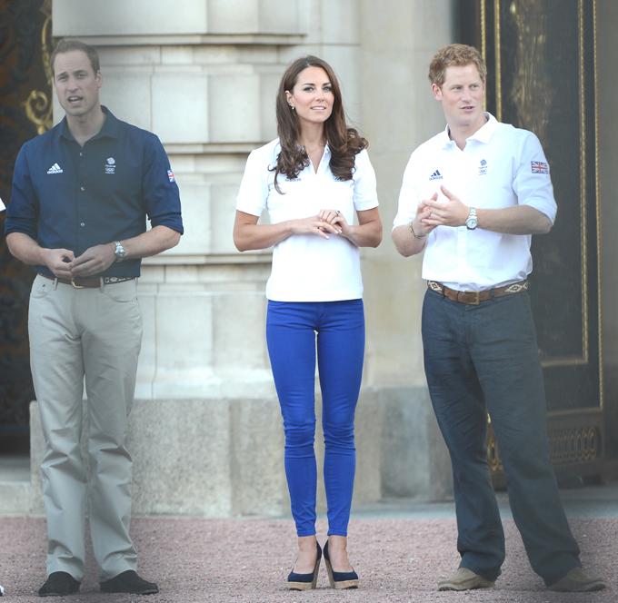 Монархи встретили Олимпийский огонь