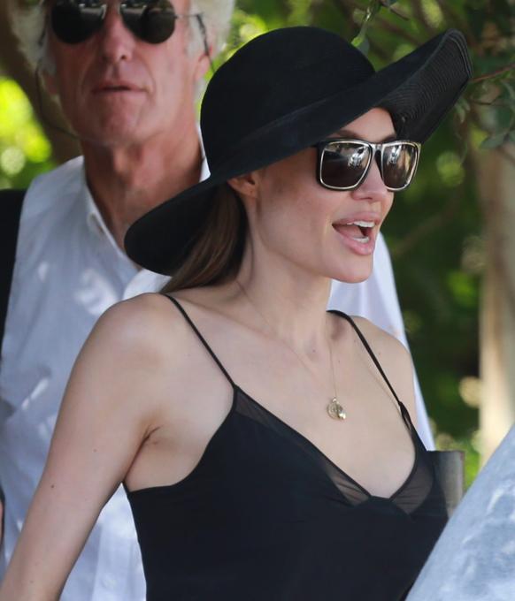 Анджелина Джоли отправилась в леса острова Оаху