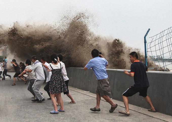 В Китае река начисто смывает людей