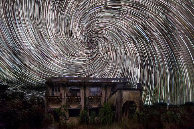 Звездная спираль над жилым домом. Небесные звезды тоже устраивают шоу