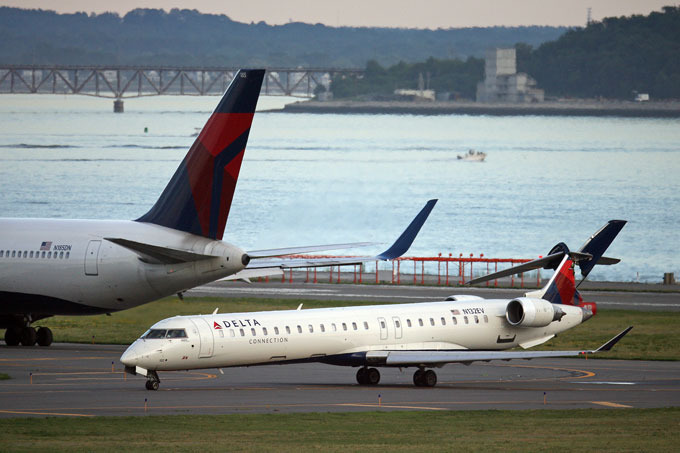 Два пассажирских самолета столкнулись в США