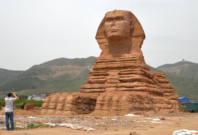Загадочная статуя посреди пустыни