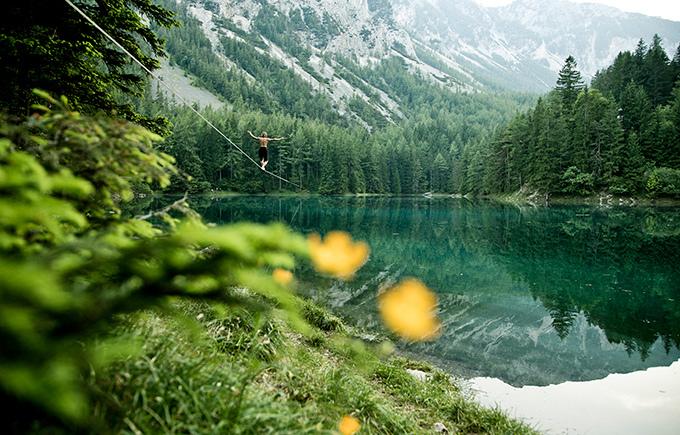 Австрийский спортсмен прошел 250 метров над озером
