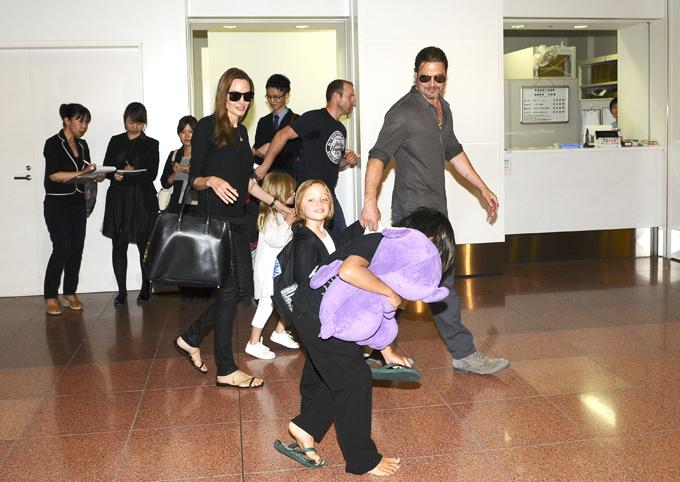 Звездное семейство прилетело в Токио