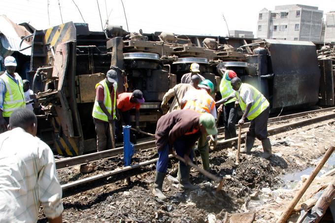 В Кении товарный поезд врезался в жилые дома