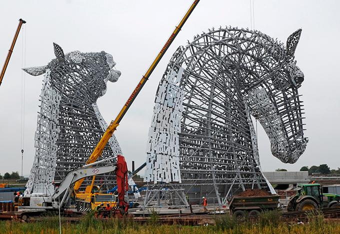 В Шотландии появились гигантские лошади