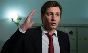 Дмитрия Гудкова требуют судить за госизмену