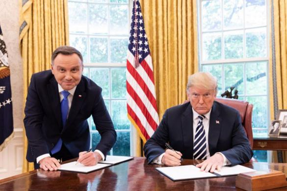 Поляка уволили за унизительное фото Дуды с Трампом