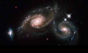 Стивен Хокинг увидел свет в конце черной дыры