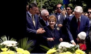 В Косове за бомбардировки Югославии экс-госсекретарю США открыли памятник