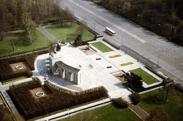 В центре Берлина прошла церемония возложения венков к Мемориалу советским воинам, открытому в 1945 году