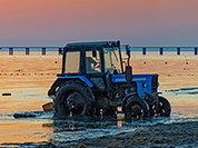 Двое уральцев прорвались в Крым на тракторе