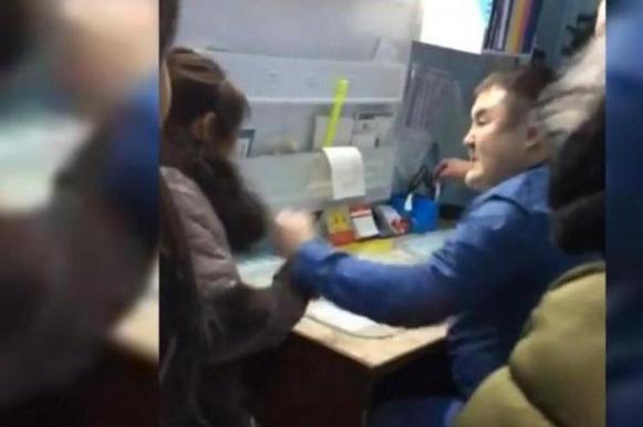 В Якутии врач избил женщину, пришедшую снимать нанесенные им побои. Видео