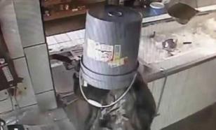 Мужчина с ведром на голове ограбил магазин в Сочи